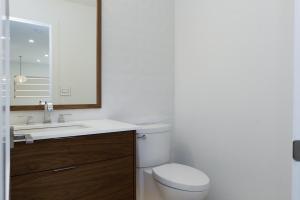 16 1080 Bathrooms